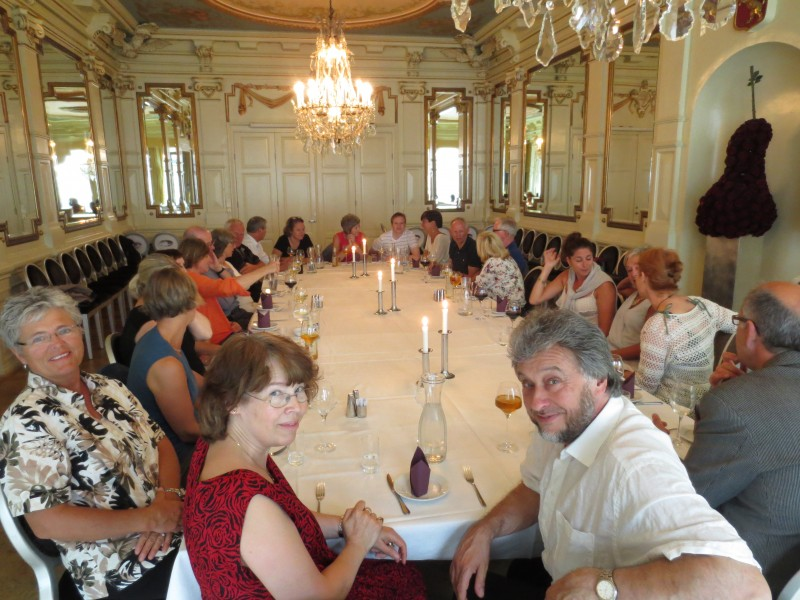 Andrew Wilder (t.h) er dirigent for Kristiansand Domkor. Her venter han på middagen sammen med sin kone Gill Wilder og resten av kor-medlemmene.